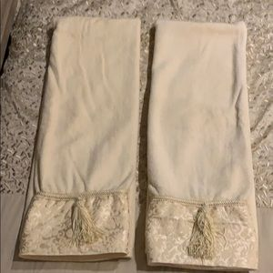 NWOT Set of Luxe Bath Towels